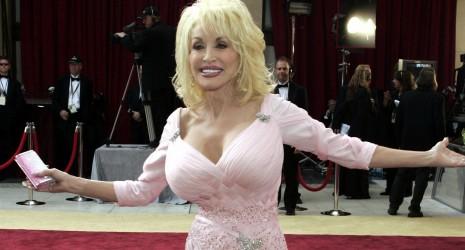 sex med tøj på Dolly Parton bryster